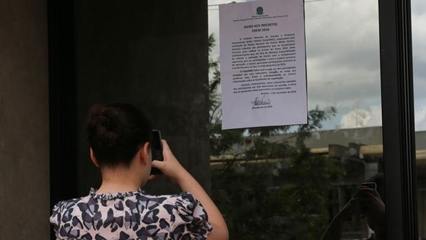 Cartaz colado em edifício na UNB informa aos inscritos no ENEM que fariam a prova no local, de seu  adiamento para os dias 3 e 4 de Dezembro. (Fabio Rodrigues Pozzebom/Agência Brasil)