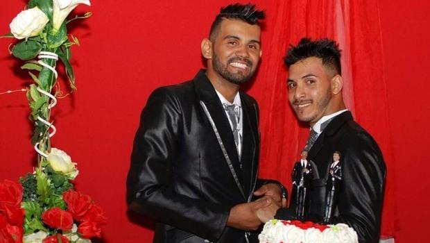 Casal gay é demitido de empresa em Goiânia após oficializar união