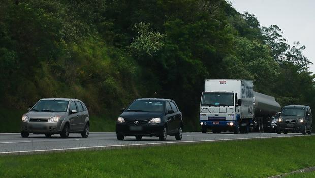 Multa para motorista que trafegar com faróis desligados em Goiás já está valendo