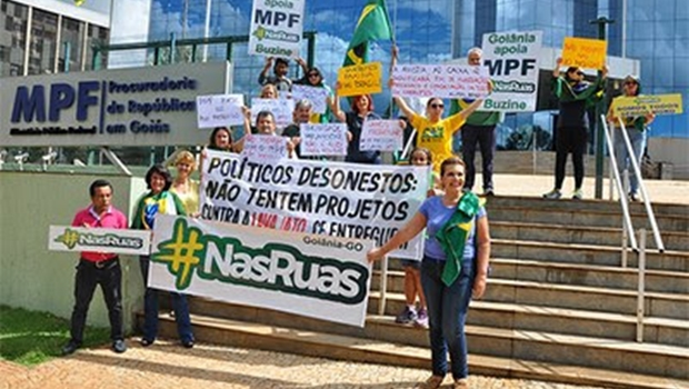 """Grupo faz manifestação na porta do MPF em Goiânia a favor das """"10 medidas"""""""
