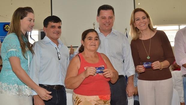 Entrega do cartão Renda Cidadã em Itapuranga | Foto: Eduardo Ferreira