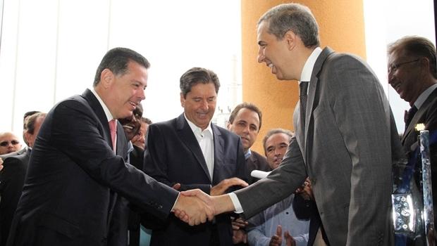 Marconi cumprimenta José Eliton e o prefeito Maguito Vilela durante inauguração | Foto: Humberto Silva