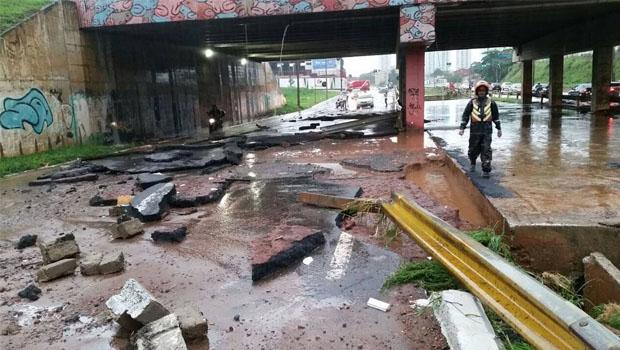 Pista da Marginal Botafogo após o temporal de 30 de outubro: deficiência na drenagem urbnana faz a via se tornar um dos pontos mais vulneráveis quando há tempestades | Foto: Arsênio Neiva
