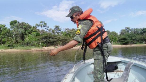 Policial militar ambiental retira redes de pesca proibidas durante a piracema