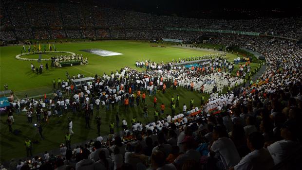 Estádio Atanasio Girardot, em Medellín: na hora do jogo que nunca aconteceria, uma multidão se reúne para homenagear os rivais mortos | Foto: AP Photo/Luis Benavides