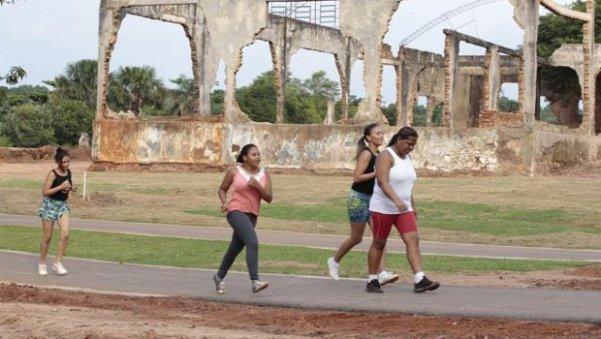revitalizamos e remodelamos espaços de lazer, como o Parque Cimba revitalizado [Ao fundo, ruínas da antiga indústria de sabão]