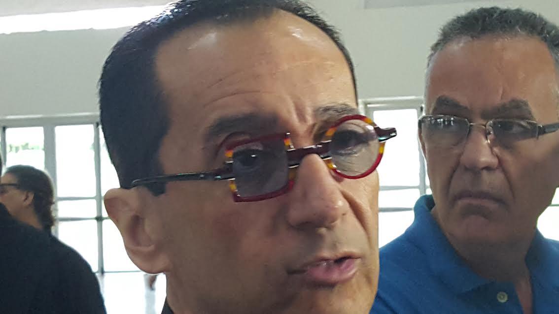 Jorge Kajuru é diplomado usando óculos com lentes redonda e quadrada
