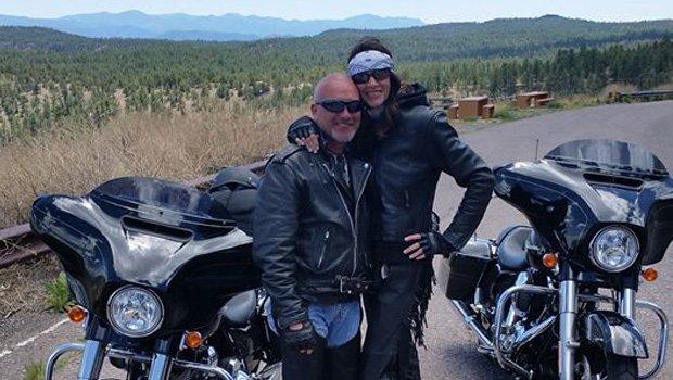 Patrick e Shirley com suas motocicletas: dois guerreiros que lutaram contra o câncer