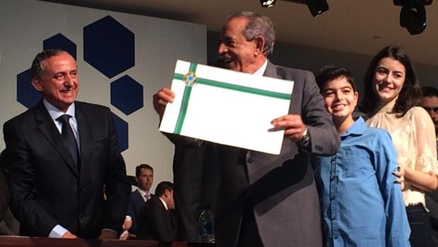 Acompanhado dos netos, Iris Rezende é diplomado prefeito de Goiânia