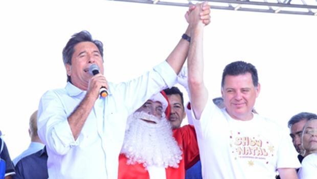 Maguito e Marconi recebem Papai Noel e realizam entrega de presentes a crianças