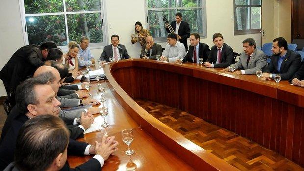 Governador Marconi Perillo com sua equipe e base aliada: mais aperto no cinto para combater a crise | Foto: Lailson Damasio/Gabinete de Imprensa