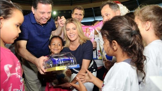 Marconi e Valéria Perillo distribuem brinquedos com Bia Torres e Fernando Araújo
