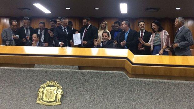 Vereadores na mesa diretora comemoram aprovação da lei | Foto: Larissa Quixabeira