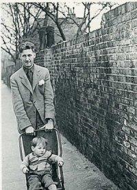 """George Orwell com seu filho adotivo, Richard Blair, influenciou toda uma geração de escritores, como David Lodge, Ray Bradbury, Anthony Burgess (""""Laranja Mecânica"""" deriva da literatura orwelliana), Tom Stoppard , Tom Wolfe, Norman Mailer e Paul Theroux"""