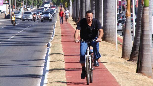 Câmara aprova multa de R$ 100 para ciclista flagrado sem capacete em Goiânia