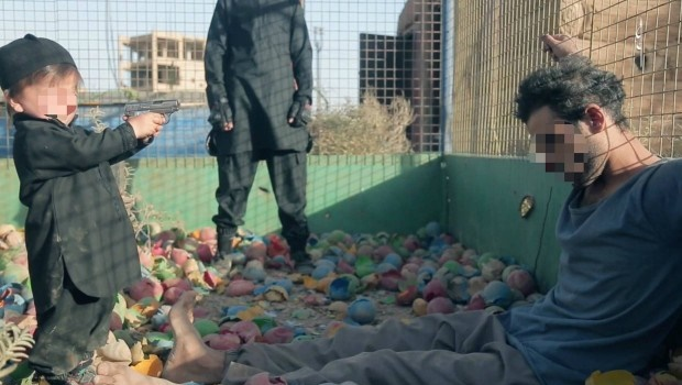 Estado Islâmico grava vídeo de criança executando prisioneiro