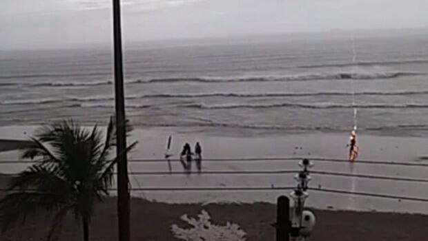 Vídeo mostra mulher sendo atingida por raio em praia de São Paulo