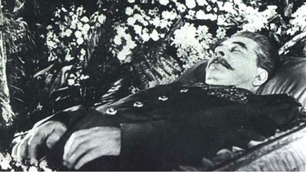 Livro diz que maldição totalitária não perdeu energia com a morte de Stálin