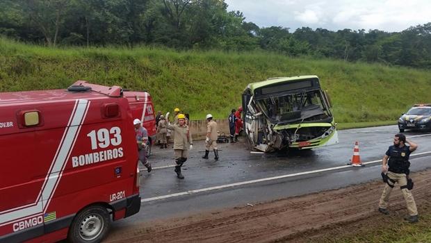 Ônibus sai da pista e deixa 14 pessoas feridas na BR-060