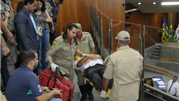Vereadores de Goiânia prestam primeiros socorros a homem que passou mal durante sessão