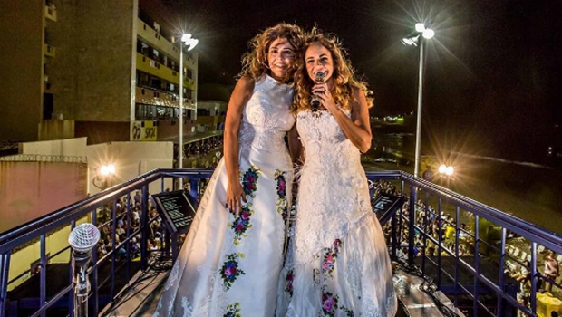 Daniela Mercury e Malu Verçosa se casam em cima de trio elétrico em Salvador