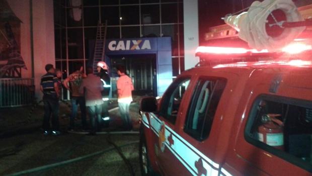 Incêndio destrói parte de agência da Caixa Econômica Federal em Goiânia