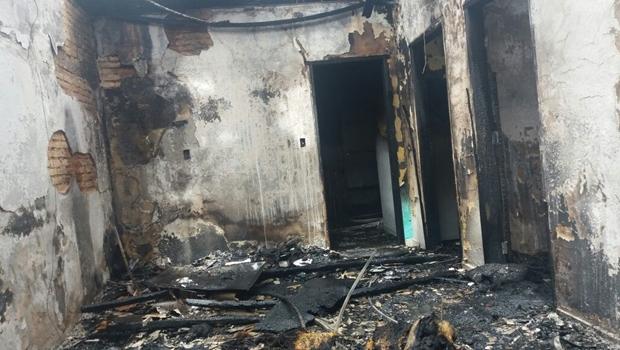 Incêndio destrói casa na região central de Goiânia