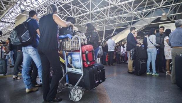 Bolsonaro veta retorno da isenção de cobrança de bagagem em voos domésticos