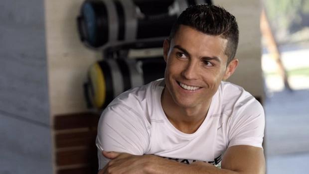 Cristiano Ronaldo contratou barriga de aluguel e será pai de gêmeos, diz tabloide