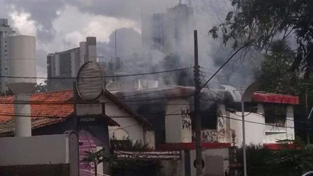 Bombeiros trabalham para conter incêndio em sobrado na Assis Chateaubriand
