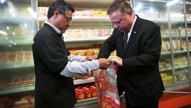 Ministério da Agricultura recolhe amostra de produtos de frigorífico interditado