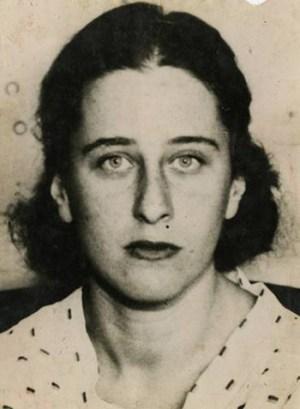 Olga Benario foi entregue pelo governo de Getúlio Vargas aos nazistas, em 1936, e morreu, possivelmente gaseada, em 1942, no manicômio de Bernburg, na Alemanha. Ela deixou uma filha, a doutora em história Anita Leocádia Prestes