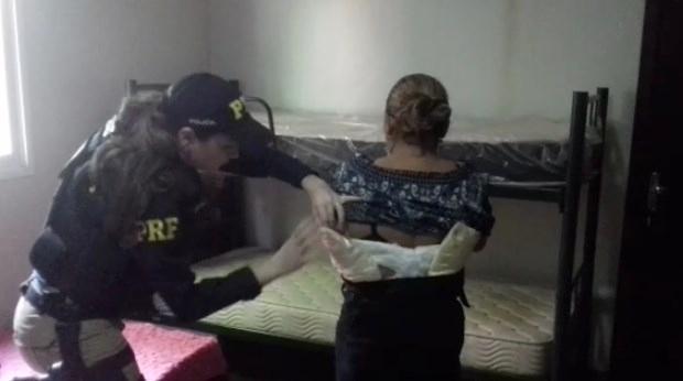 PRF prende aliciador e mulher boliviana com 2 kg de cocaína no corpo em Goiás