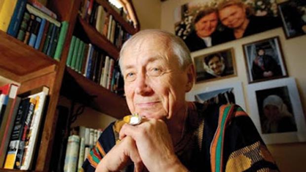 Ievtuchenko usou sua poesia, de matiz populista, como crítica radical do stalinismo