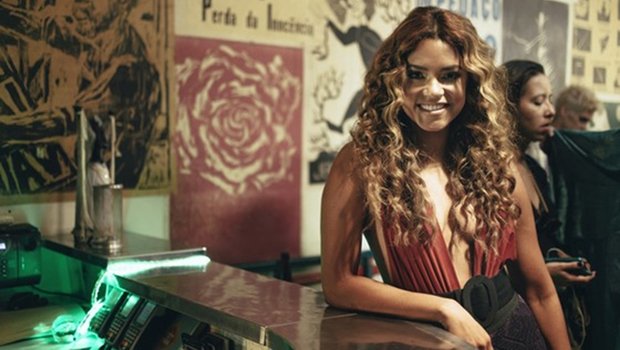 """Lucy Alves muda estilo e grava música """"Caçadora"""". Que tal cantar """"Que lio Compay Andres""""?"""