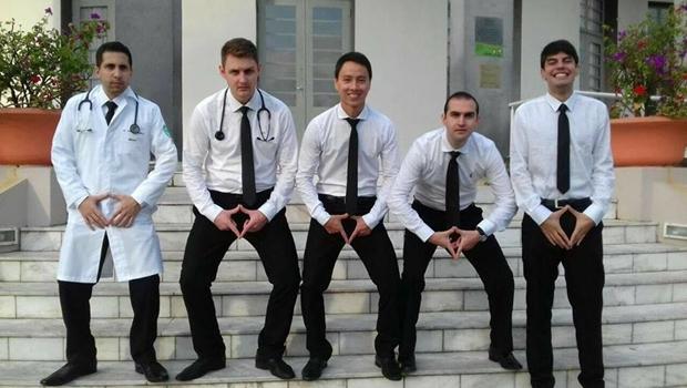 """Em """"solidariedade"""" a colegas, alunos de medicina repetem foto polêmica"""