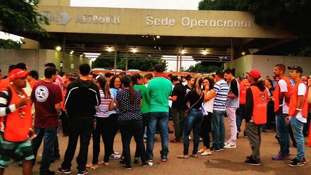 Manifestantes bloqueiam Eixo Anhanguera e terminais de ônibus em Goiânia