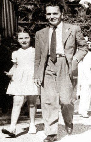 Anita Leocádia Pretes, filha de Olga Benario, com o pai, Luiz Carlos Prestes, aos 9 anos de idade