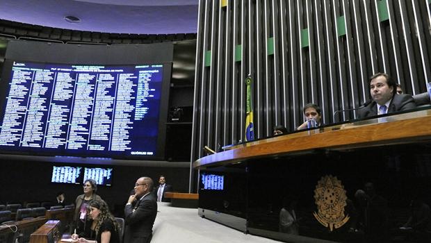 Após derrota em aprovação de destaque, Maia adia votação da recuperação fiscal