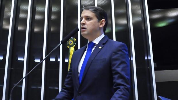 Thiago Peixoto sobe à tribuna da Câmara para defender Marconi