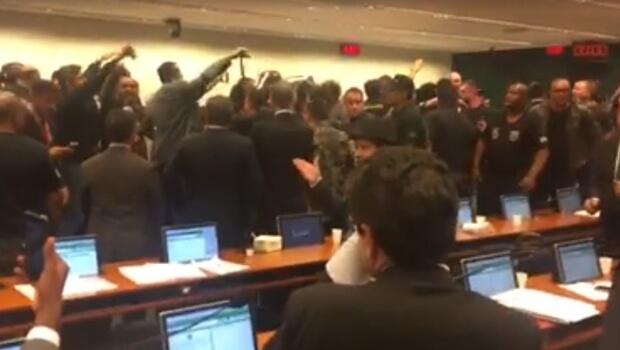 Manifestantes invadem sessão e adiam votação de destaques da reforma da Previdência