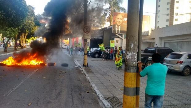 Manifestantes fecham rua em protesto contra Eduardo Machado do PHS