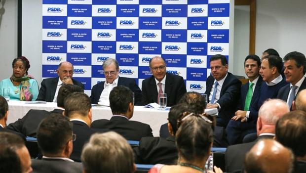 """PSDB decide ficar na base de Temer, mas vai """"avaliar diariamente"""" cenário político"""
