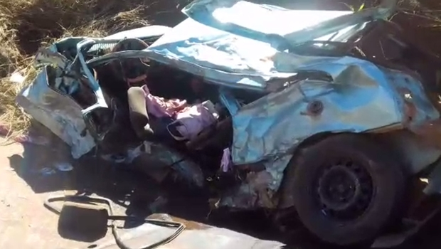 Fiat Uno com sete passageiros bate em caminhão e deixa dois mortos em Goiás