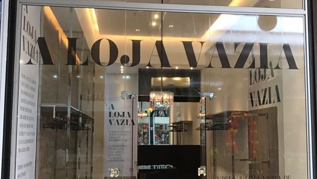 Shopping de Goiânia recebe projeto inusitado para incentivar doação de roupa