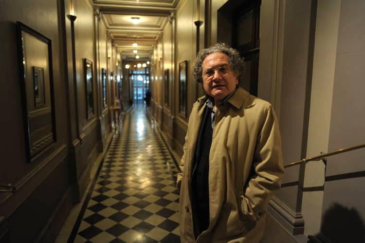 """O Globo promove """"ressurreição"""" do escritor Ricardo Piglia e sugere que Beatriz Sarlo não é argentina"""