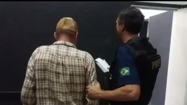 Homem suíço alcoolizado provoca acidente de carro em Anápolis e foge do local