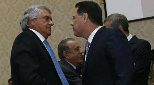 Fotografia mostra Ronaldo Caiado aparentemente intimidado com a presença de Marconi Perillo