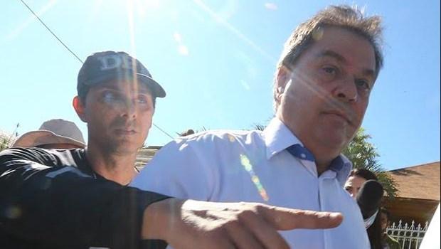 Família expulsa namorada de Marcelo Rezende de casa e apaga fotos do casal