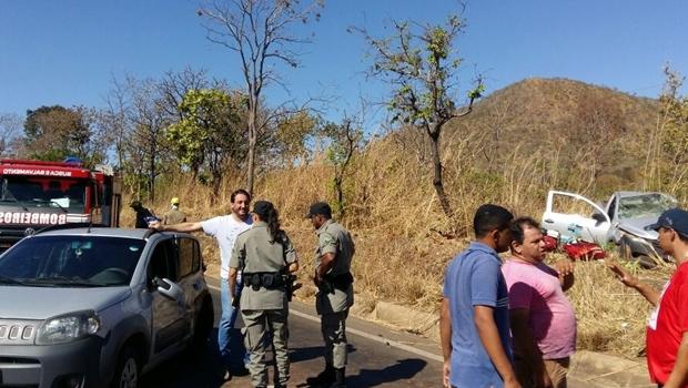 Funcionários da Saneago ficam feridos após acidente de carro na BR-153